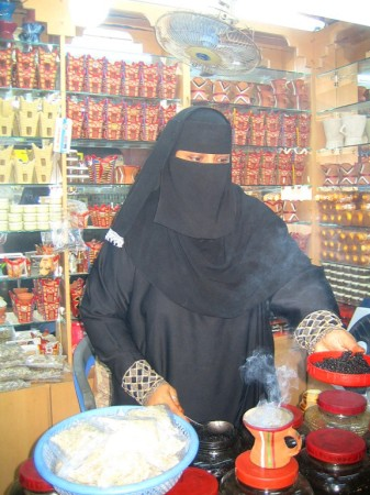48 Weihrauchverkäuferin in Salalah